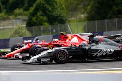 Romain Grosjean, Haas F1 Team VF-17, battles, Kimi Raikkonen, Ferrari SF70H