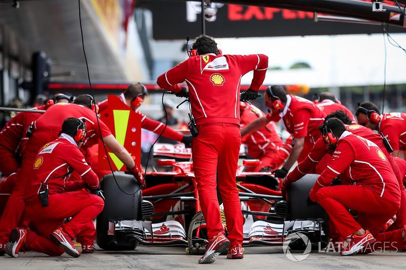Sebastian Vettel, Ferrari SF70H fa un pitstop