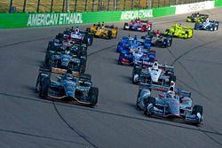 J.R. Hildebrand, Ed Carpenter Racing Chevrolet et le poleman Will Power, Team Penske Chevrolet mènent le peloton au départ