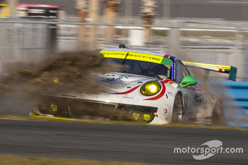 #59 Manthey Racing Porsche 911 GT3 R: Nils Reimer, Reinhold Renger, Harald Proczyk, Steve Smith in trouble