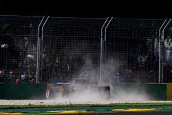 Kevin Magnussen, Haas F1 Team VF-17, choca con Marcus Ericsson, Sauber C36