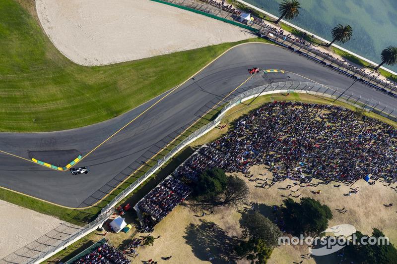 Lewis Hamilton, Mercedes AMG F1 W08, precede Sebastian Vettel, Ferrari SF70H