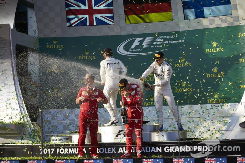 Sebastian Vettel, Ferrari, 1° classificato, Lewis Hamilton, Mercedes AMG, 2° classificato, Valtteri Bottas, Mercedes AMG, 3° classificato, e Luigi Fraboni, Head of Power Unit Race Operation, Ferrari, festeggiano con lo Champagne sul podio