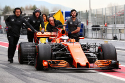 Stoffel Vandoorne, McLaren MCL32 pushed down the pit lane by mechanics