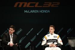 Stoffel Vandoorne, McLaren, est interviewé sur la scène