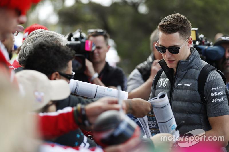 Stoffel Vandoorne, McLaren, schreibt Autogramme
