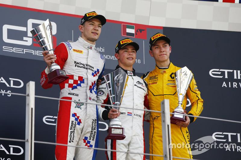 Podium : le deuxième, Jake Dennis, Arden International; le vainqueur Nyck De Vries, ART Grand Prix; le troisième, Jack Aitken, Arden International