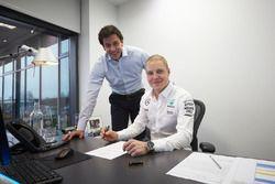Valtteri Bottas mit Mercedes-Sportchef Toto Wolff