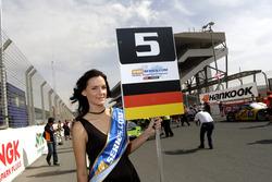 Gridgirl für #5 Belgian, Audi Club WRT Audi R8 LMS: Mohammed Bin Saud Al Saud, Mohammed Bin Faisal A