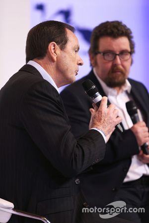 Alan Gow discute avec Matt James