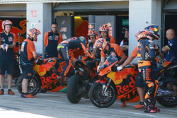 Pol Espargaro, Red Bull KTM Factory Racing, Bikewechsel in der Boxengasse