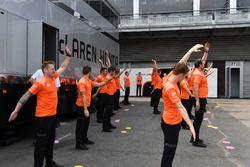 Esercizi di riscaldamento per i piloti McLaren