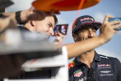 Daniel Ricciardo, Red Bull Racing prend un selfie avec des fans