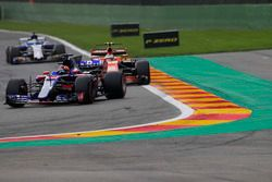 Даниил Квят, Scuderia Toro Rosso STR12, и Стоффель Вандорн, McLaren MCL32