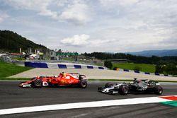 Kimi Raikkonen, Ferrari SF70H, vecht metDaniel Ricciardo, Red Bull Racing RB13 en Romain Grosjean, H