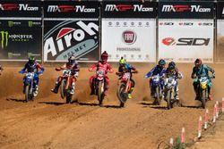 De start van de race met onder andere Jeffrey Herlings en Antoni Cairoli