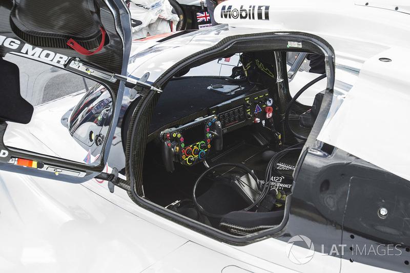 Le cockpit de la Porsche 919 Hybrid