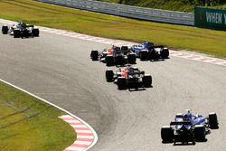 Nico Hulkenberg, Renault Sport F1 Team RS17, Marcus Ericsson, Sauber C36, Fernando Alonso, McLaren M