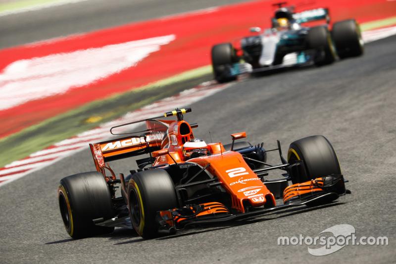 Stoffel Vandoorne, McLaren MCL32, Lewis Hamilton, Mercedes AMG F1 W08