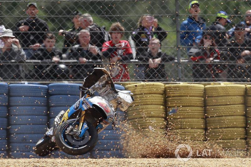 O australiano perdeu o controle da Honda na freada para a curva 2 e se chocou contra a barreira de pneus ainda em alta velocidade, sendo arremessado da moto.