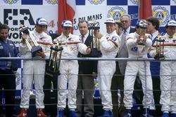 1. Mark Blundell, Derek Warwick, Yannick Dalmas, Peugeot 905 Evo 1