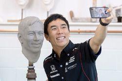Takuma Sato mit seinem Konterfei für die Borg-Warner-Trophy