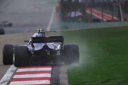 Antonio Giovinazzi, Sauber C36, runs wide