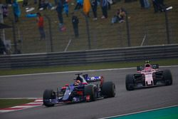 Daniil Kvyat, Scuderia Toro Rosso STR12 y Esteban Ocon, Force India VJM10
