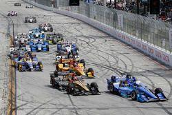 Scott Dixon, Chip Ganassi Racing Honda leads at the start