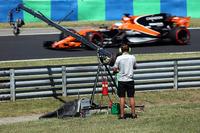 Un cameraman TV osserva Fernando Alonso, McLaren MCL32