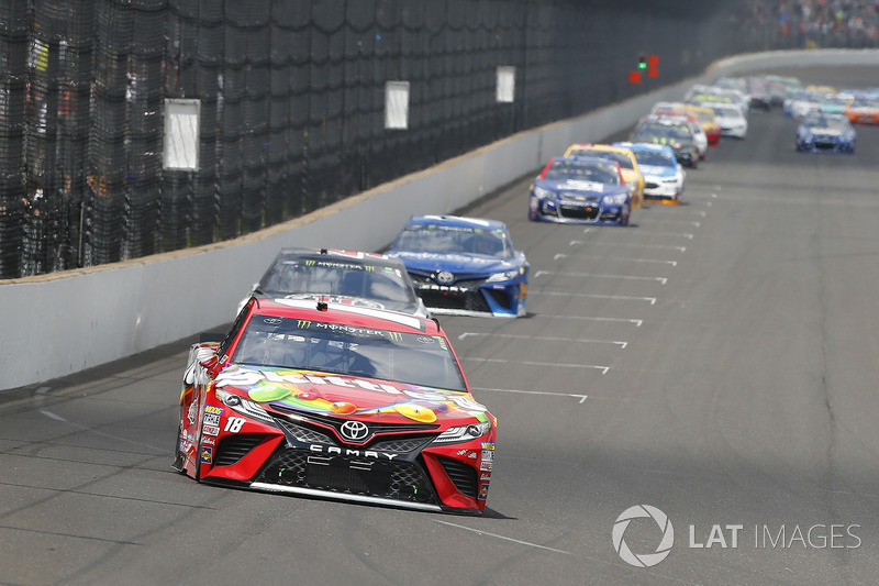 Kyle Busch, Joe Gibbs Racing Toyota, Kevin Harvick, Stewart-Haas Racing Ford