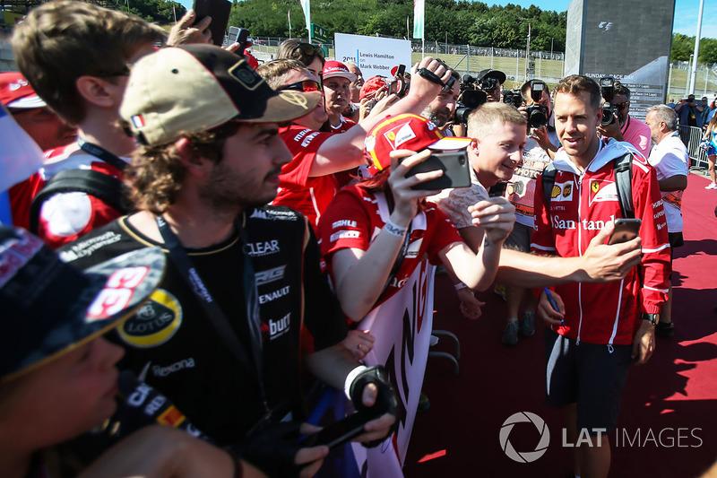 Себастьян Феттель, Ferrari, селфі з уболівальниками