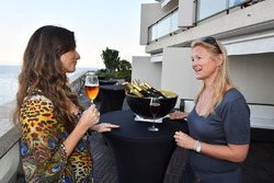 Bianca Senna und Inga Stracke mit Neuschwansteiner Bier