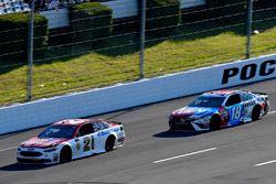 Ryan Blaney, Wood Brothers Racing Ford leads Kyle Busch, Joe Gibbs Racing Toyota