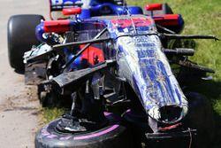 Coche dañado de Carlos Sainz Jr., Scuderia Toro Rosso STR12, después del choque con, Felipe Massa, W