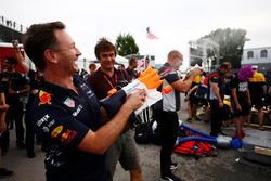 Christian Horner, Red-Bull-Teamchef, mit Wasserspritzpistole
