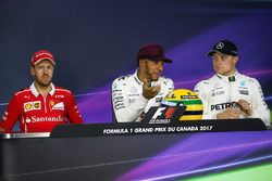 Polesitter Lewis Hamilton, Mercedes AMG F1, mit Helm von Ayrton Senna; 2. Sebastian Vettel, Ferrari;