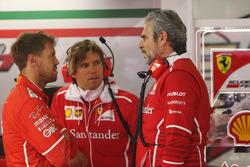 Sebastian Vettel, Ferrari, habla con Maurizio Arrivabene, director del equipo Ferrari