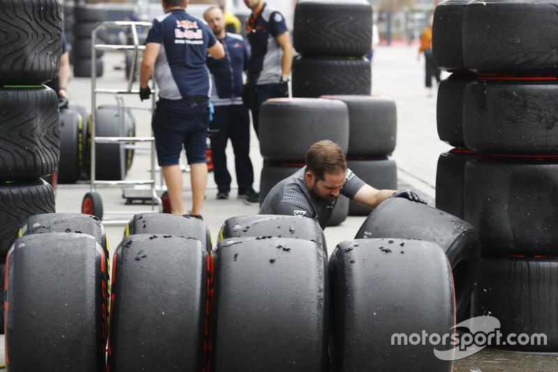 Un mécanicien McLaren inspecte les pneus Pirelli