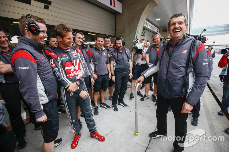 Guenther Steiner, director del equipo, Haas F1 Team, celebra su cumpleaños con el equipo de Haas F1 Team