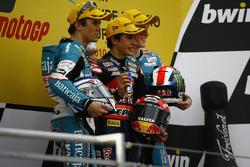 Podio: segundo lugar Nicolás Terol, Marc Márquez, ganador de la carrera y tercer lugar Bradley Smit