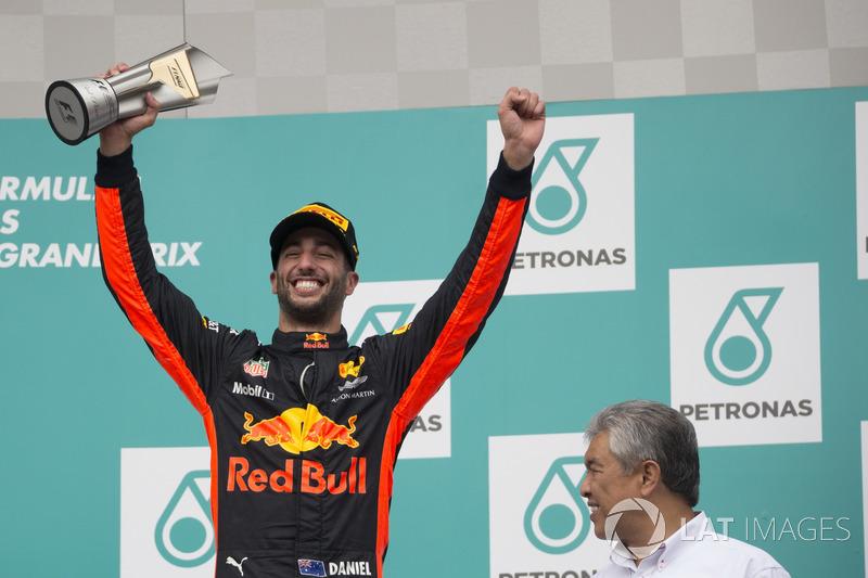 Podium: Daniel Ricciardo, Red Bull Racing, menerima trofi juara ketiga