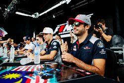 Pierre gasly, Scuderia Toro Rosso, Carlos Sainz Jr., Scuderia Toro Rosso, firman autógrafos para los