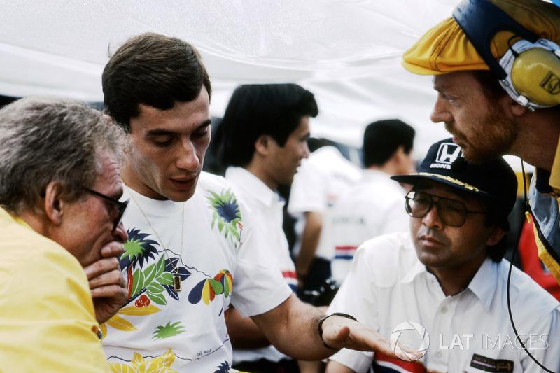 Ayrton Senna conversa com equipe da Lotus em 1987