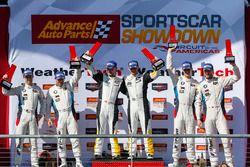 GTLM podium: winnaars Antonio Garcia, Jan Magnussen, Corvette Racing, tweede plaats Bill Auberlen, A