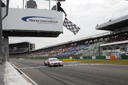 Drapeau à damiers pour Lucas Auer, Mercedes-AMG Team HWA, Mercedes-AMG C63 DTM