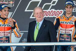 Podium: Racewinnaar Dani Pedrosa, Repsol Honda Team, tweede plaats Marc Marquez, Repsol Honda Team, voormalig Spaanse koning Juan Carlos