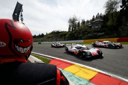 #1 Porsche Team, Porsche 919 Hybrid: Neel Jani, Andre Lotterer, Nick Tandy; #8 Toyota Gazoo Racing,