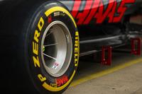 Шини Pirelli і колесо Haas VF-17