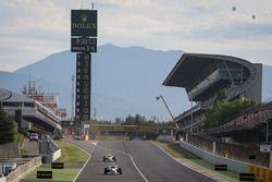 Patrick Friesacher y Zsolt Baumgartner, pilotos de la Experiencia F1 con sus pasajeros